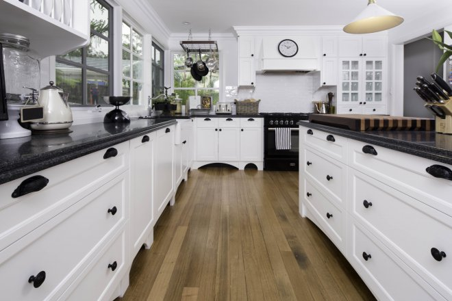 Kitchen joinery country style